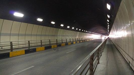 回家路上隧道中前方的光亮图片