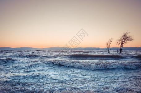 夕阳海浪图片