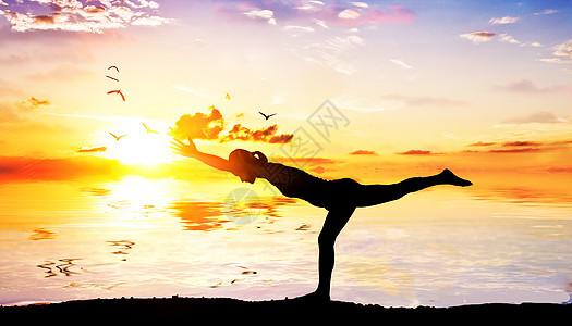练瑜伽的女性图片