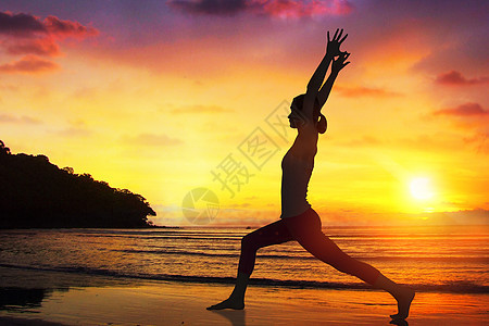 海边做瑜伽运动图片