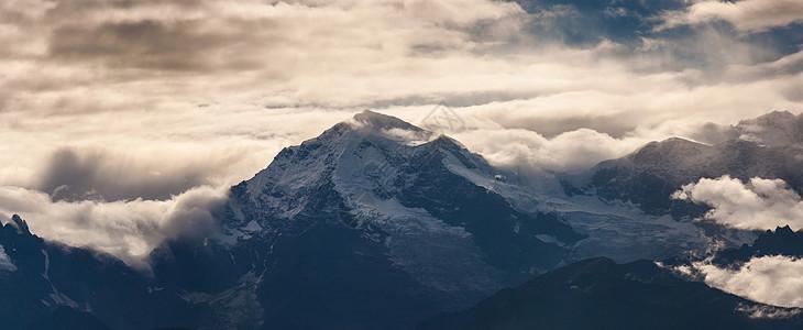 贡嘎雪山全景图片
