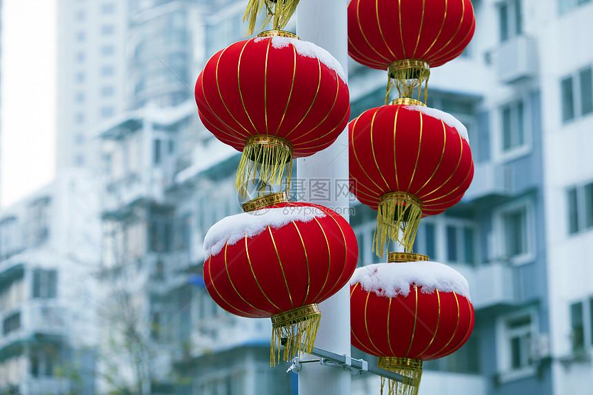 春节下了雪的红灯笼图片