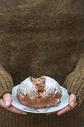 北欧色调手捧面包图片