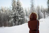 冬天雪地女孩的背影图片