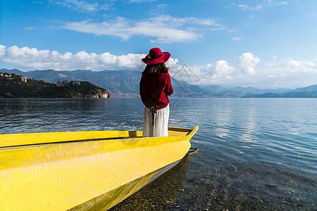 泸沽湖红衣少女图片