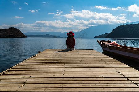 泸沽湖背影图片