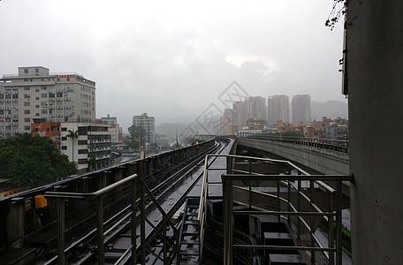 雨天地铁上面图片