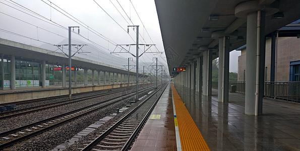 雨天高铁铁铁轨图片