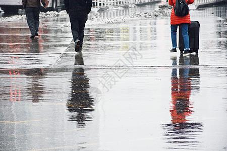 雨天行人斑马线图片