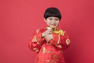 拿着金元宝的小朋友图片