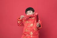 新年拿着冰糖葫芦的小朋友500790629图片