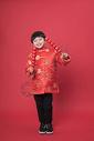 新年拿着冰糖葫芦的小朋友500790630图片