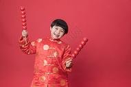 新年拿着冰糖葫芦的小朋友500790631图片