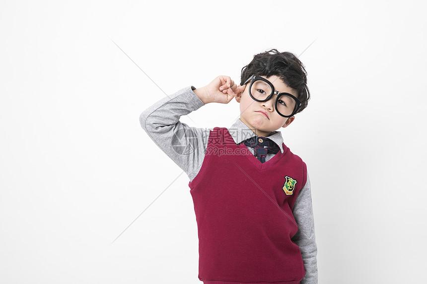 穿校服的小朋友图片