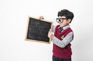 拿着黑板的小朋友图片
