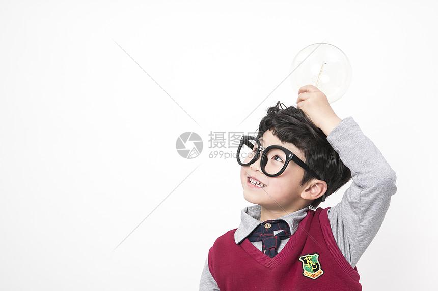 思考中的小朋友图片