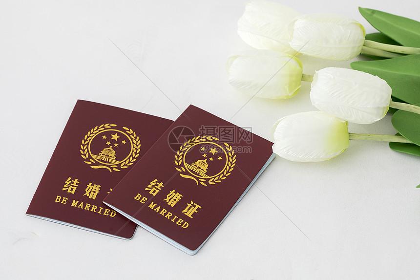 鲜花前的结婚证图片