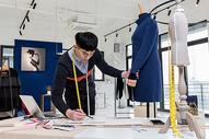 男服装设计师工作状态图片