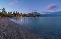 清晨静谧的山川湖泊图片