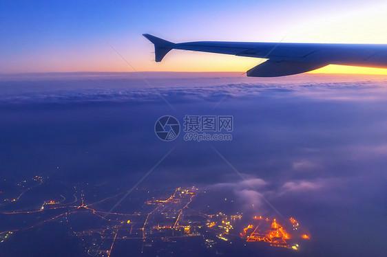 飞机上俯瞰城市图片