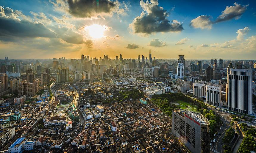 日落余晖下的上海城市风光图片