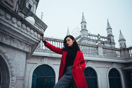 城堡里穿红色外套的美女图片