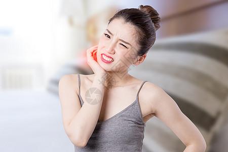 牙疼的女性图片