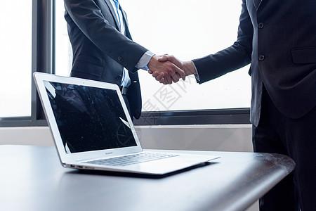 商务人士握手合作共赢图片