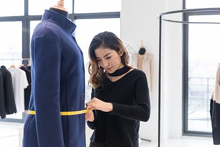 女服装设计师量衣服尺寸图片