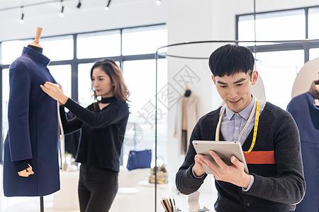 服装设计师团队在工作图片