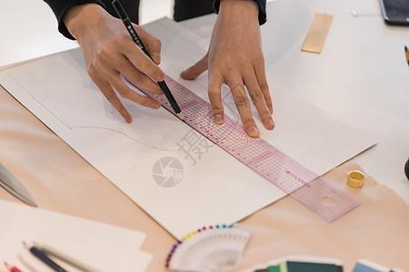 女服装设计师画稿特写图片