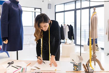 女服装设计师在工作图片