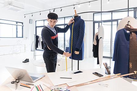 服装设计师在工作图片