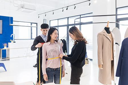 服装设计师团队给客人量尺寸图片