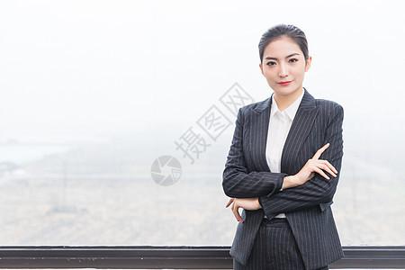 窗前干练的商务女士图片