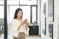 咖啡间用手机的职业女性图片