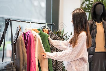 年轻美女逛街买衣服图片
