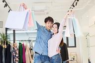 恩爱情侣开心购物图片