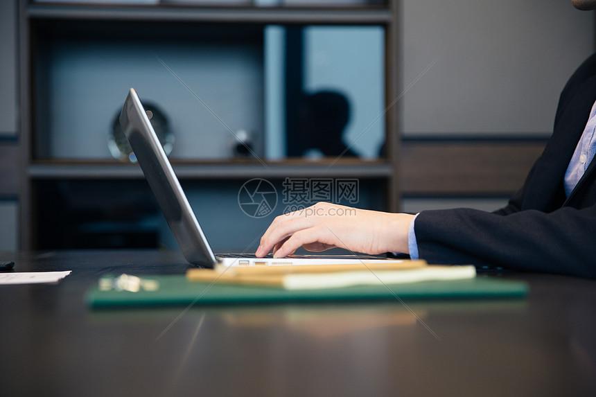商务人士电脑办公图片