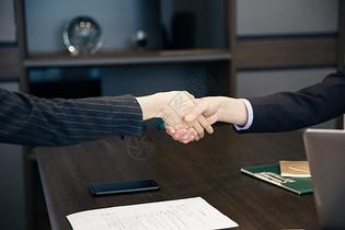 商务人士合作握手图片