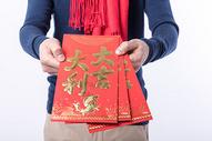 年轻男性手拿红包特写图片