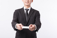 商务男性手拿名片特写图片