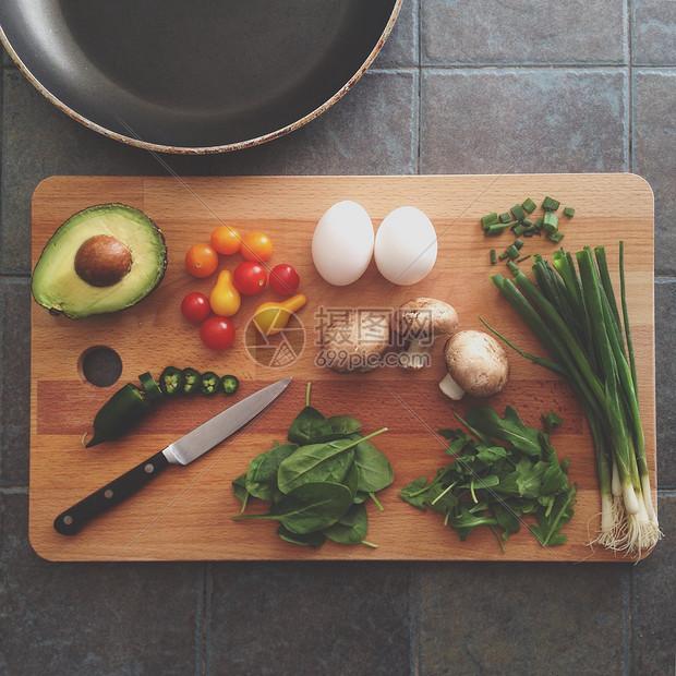 砧板上的蔬果食材图片