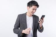 用手机抢红包的年轻男性图片