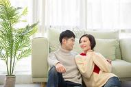 年轻情侣居家生活图片