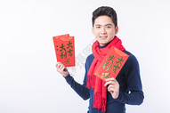 手拿红包的新年男性人像图片