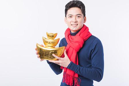 围着红围巾捧着金元宝的男性图片