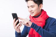 用手机抢新年红包的年轻男性图片