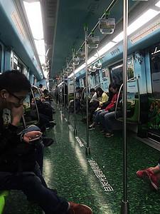 地铁里图片