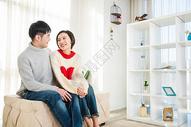 年轻情侣居家恩爱500797142图片